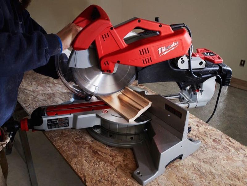 Milwaukee 6955-20 miter saw cutting